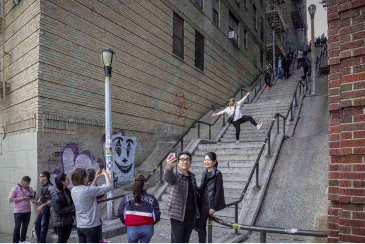 Turistas e escadaria onde filmaram o filme Coringa