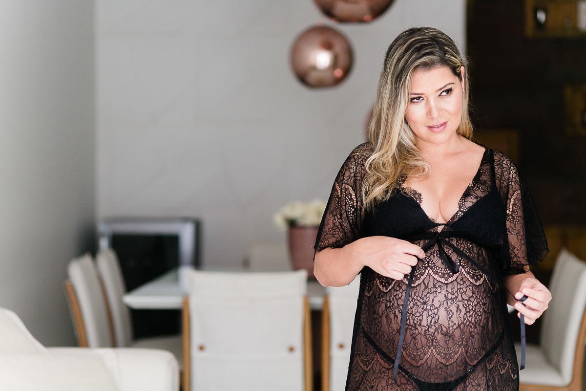 tudo-o-que-voce-precisa-saber-para-ter-seu-ensaio-gestante-perfeito-fotografia-boudoir-gravida-com-lingerie