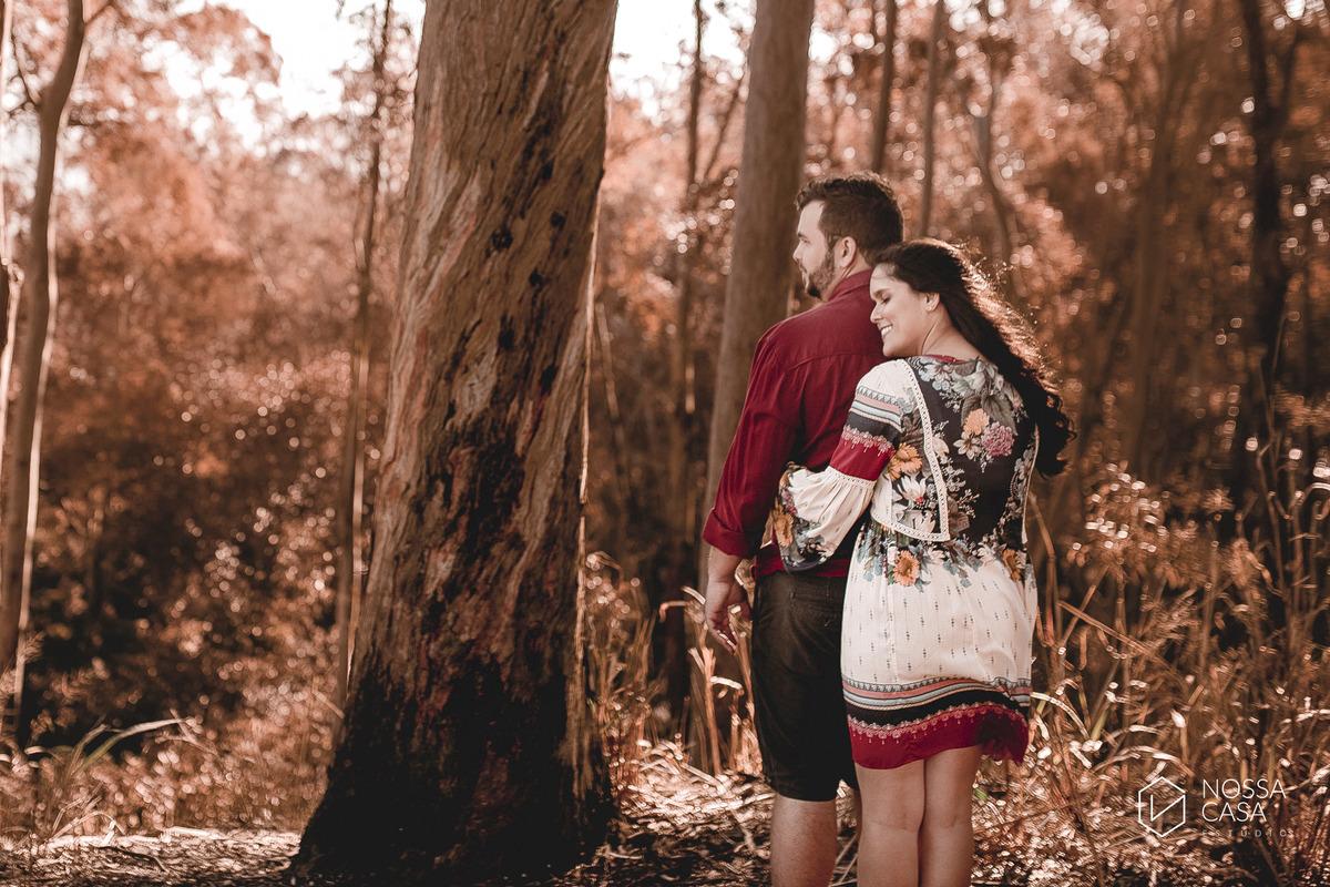 ensaio pre wedding casal na floresta no campo ao ar livre no por do sol em niterói rio de janeiro nossa casa estúdio fotografo de casamento