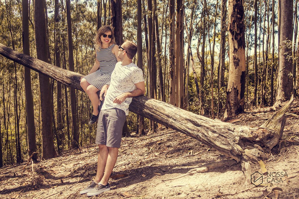 ensaio de casal externo na floresta ao por do Sol de tarde no bosque no verão pré casamento em niterói rio de janeiro