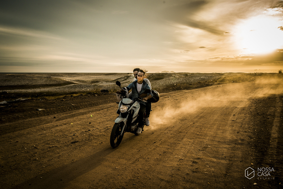 Ensaio pre casamenro wedding de casal na praia ao por do sol andando de moto radical ao ar livre niterói maricá rio de janeiro