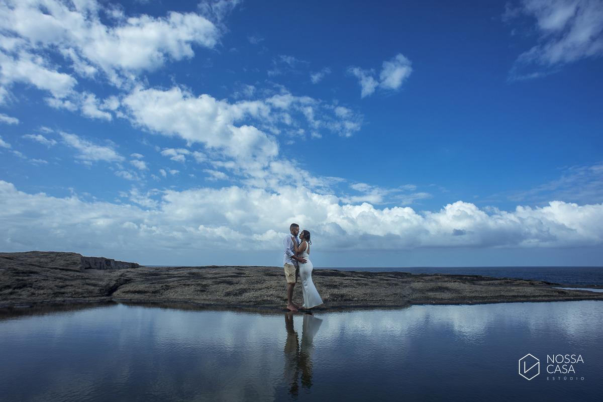 ensaio de casal externo na floresta ao por do Sol de tarde no bosque no verão pré casamento em niterói rio de janeiro na praia em Itacoatiara