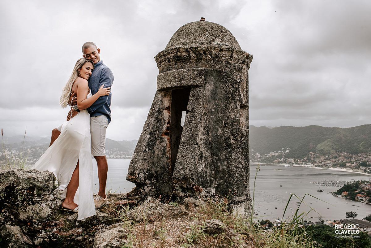 Casal abraçado com bela vista de Niterói