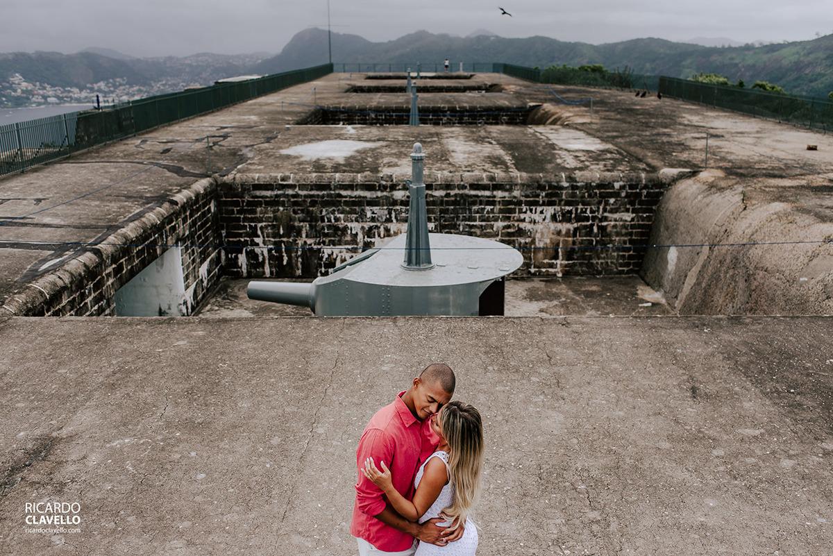 Casal se abraçando no forte