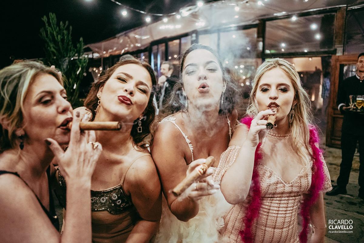 noiva fumando charuto no casamento fotografo de casamentos , fotografo juiz de fora , fotografo de casamento rj, fotógrafo de casamento niteroi