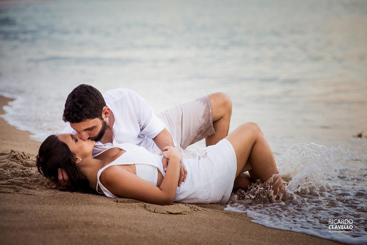 casal na praia com a onda batendo pre wedding na praia