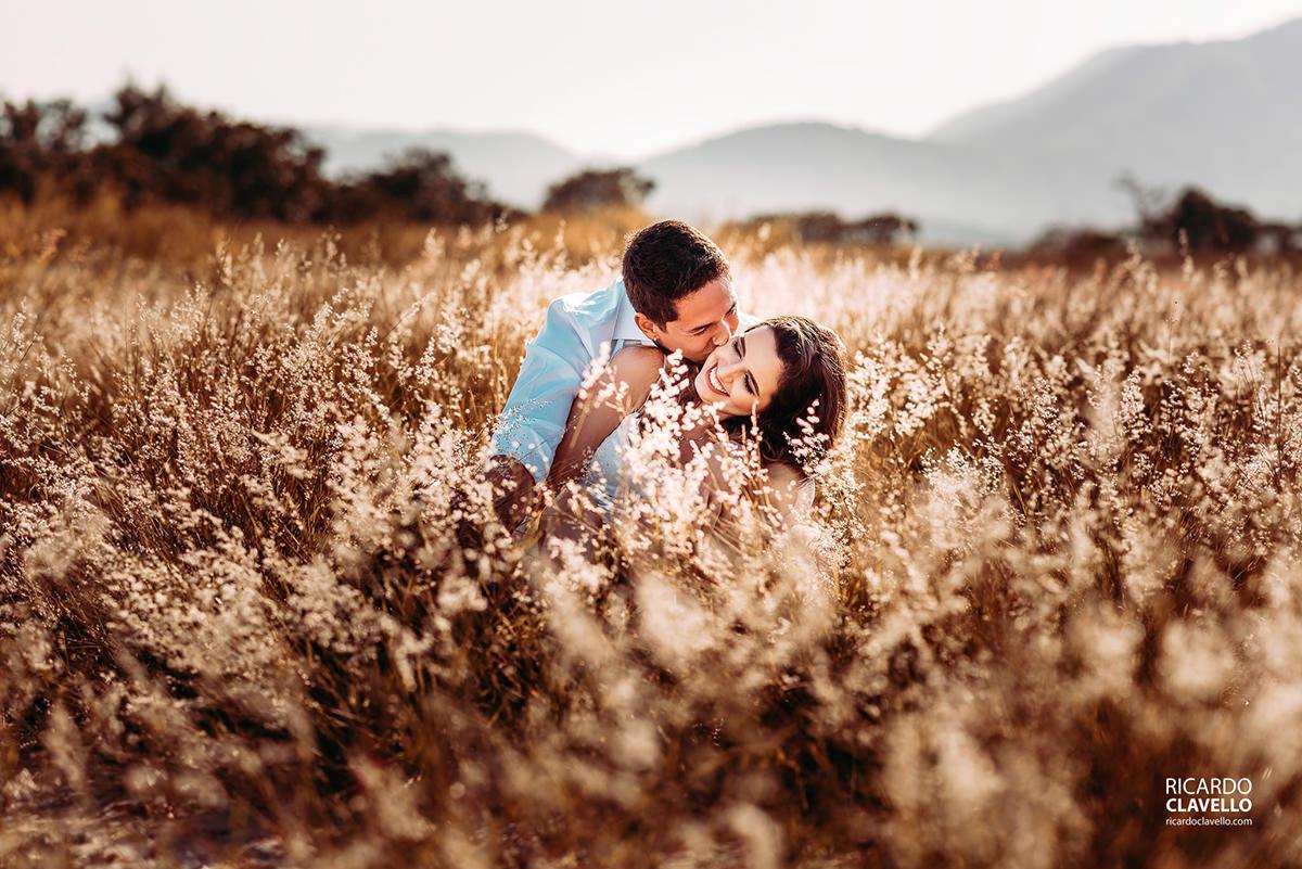 ensaio de casal pre wedding no campo