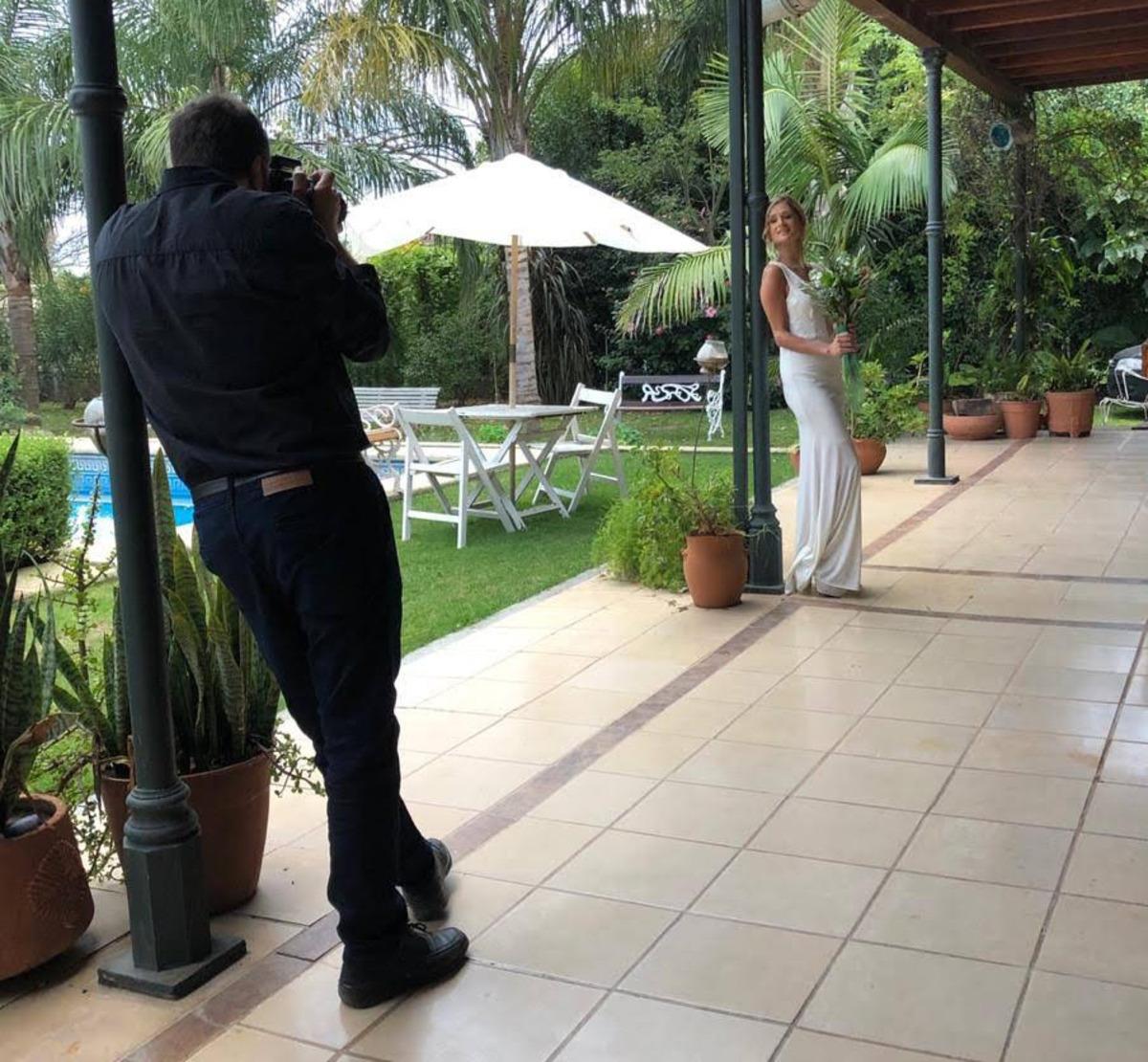 El fotógrafo de bodas de Roldán Cristian Moriñigo fotografiando a una novia en el Salón de Fiestas Terranova