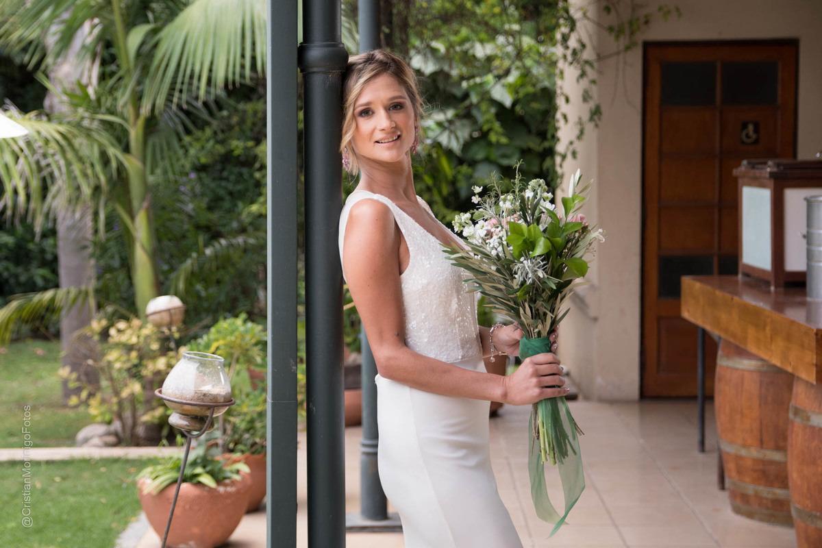 Novia con ramo de flores naturales retratada por el fotografo de bodas de Roldan Cristian Moriñigo