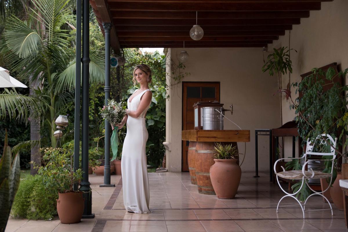 modelo luciendo su vestido de novia en el patio de Terranova San Jeronimo, por Cristian Moriñigo, fotógrafo de bodas argentino