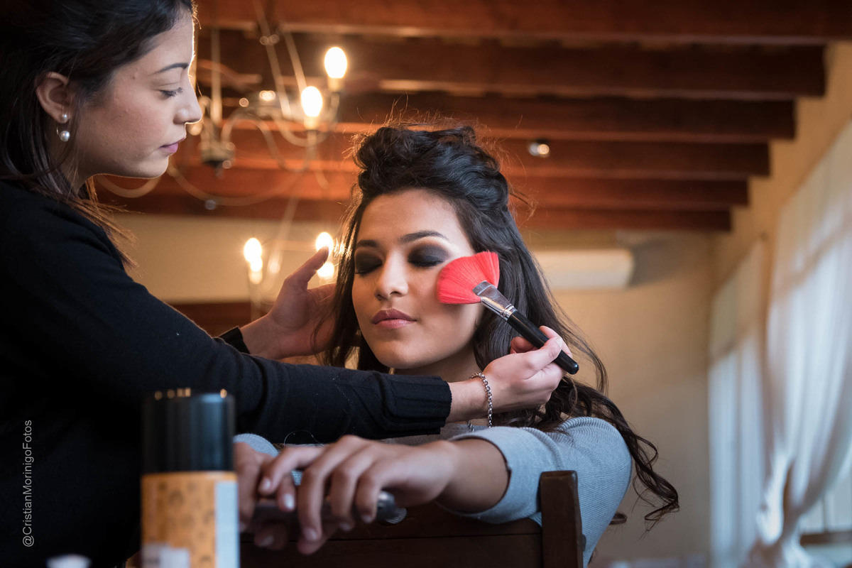 la maquilladora Aneley Pilon maquillando a la novia, fotografia de Cristian Moriñigo