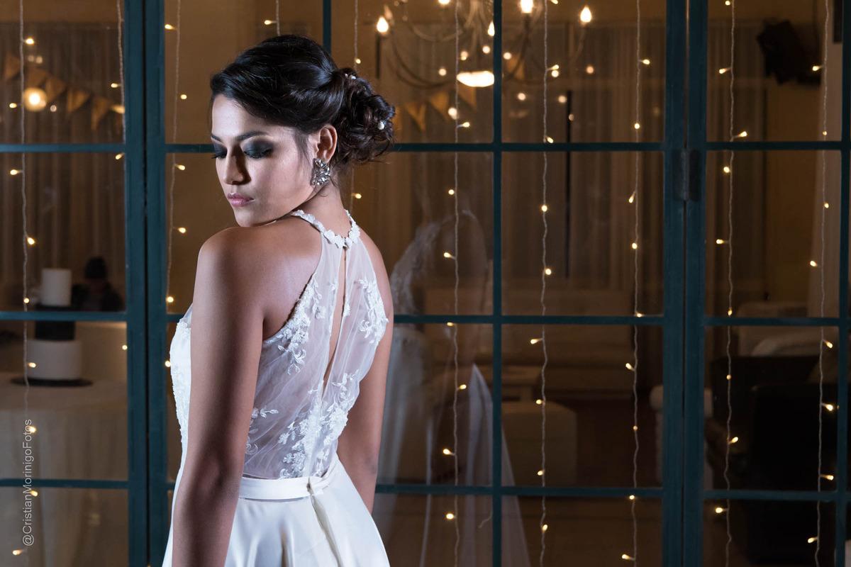 Novia de espaldas mostrando su vestido de novia - Cristian Moriñigo, fotógrafo de bodas de Roldán