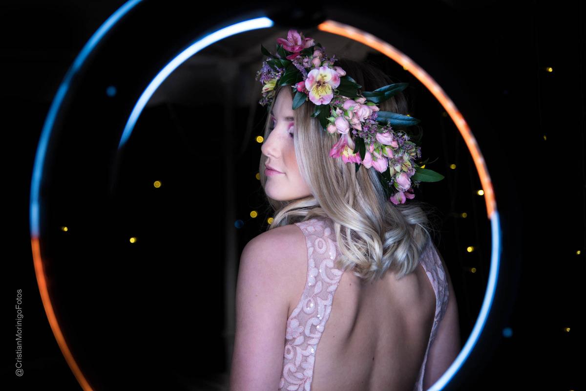 joven de 15 años rodeada por haz de luz, luciendo vestido de 15 y corona de flores