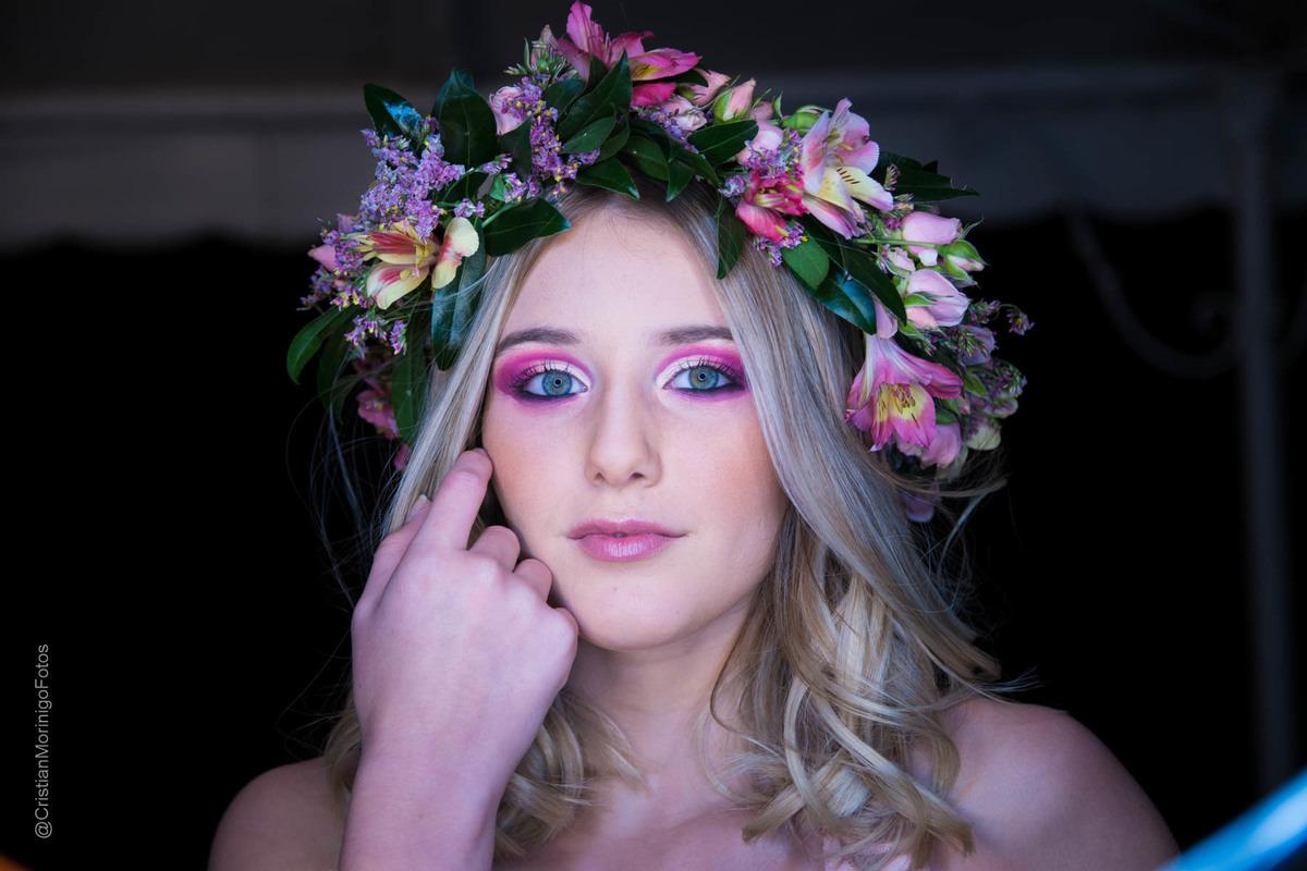 quinceañera con corona de flores naturales de colores hechas por Anastasia Dzisiuk, por Cristian Moriñigo Fotógrafo de quince años de Roldán