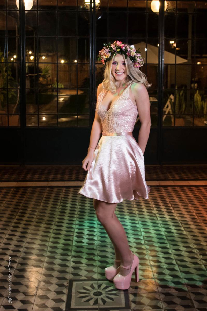 quinceañera bailando en Terranova Eventos con vestido rosa y corona de flores. Fotógrafo de 15 en Roldán