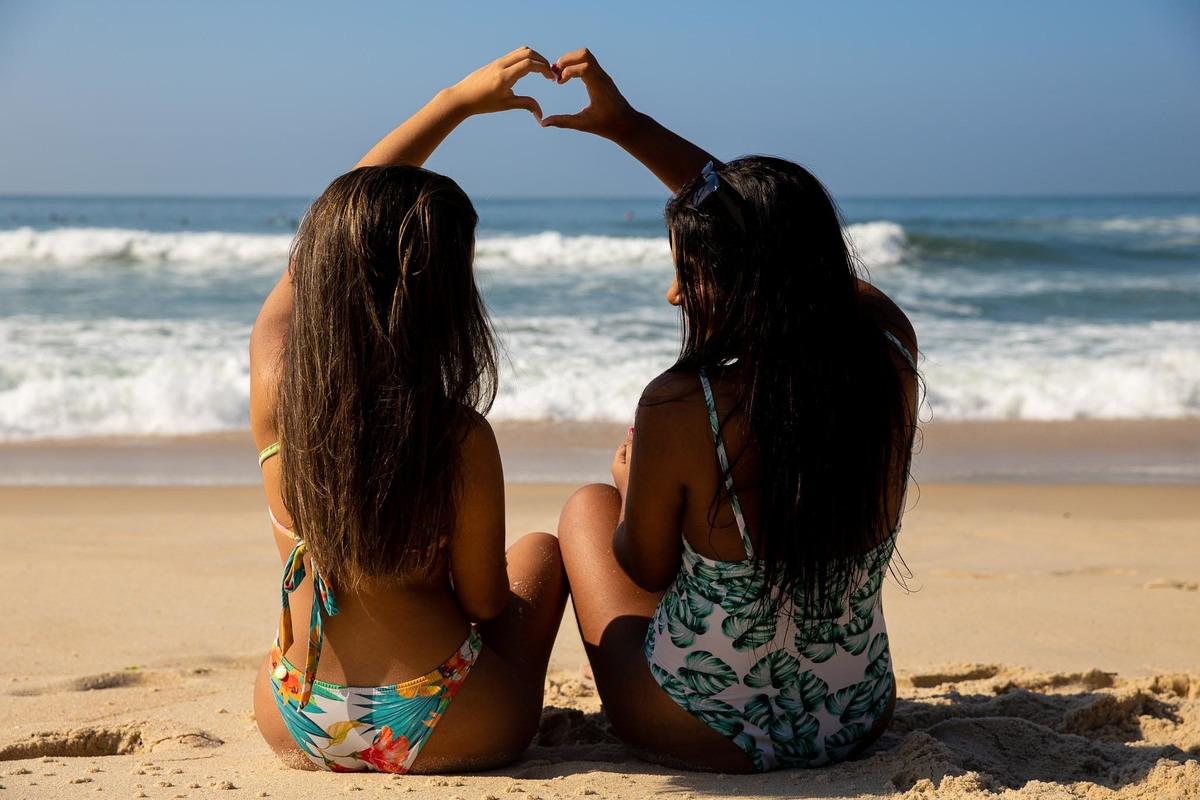 foto de 2 amigas fazendo coração