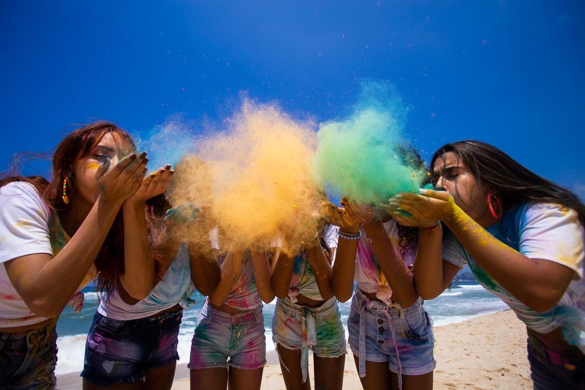 meninas assoprando pó colorido para fotos.