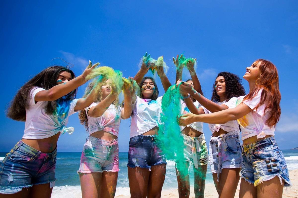 foto de jovens meninas brincando com pó colorido.