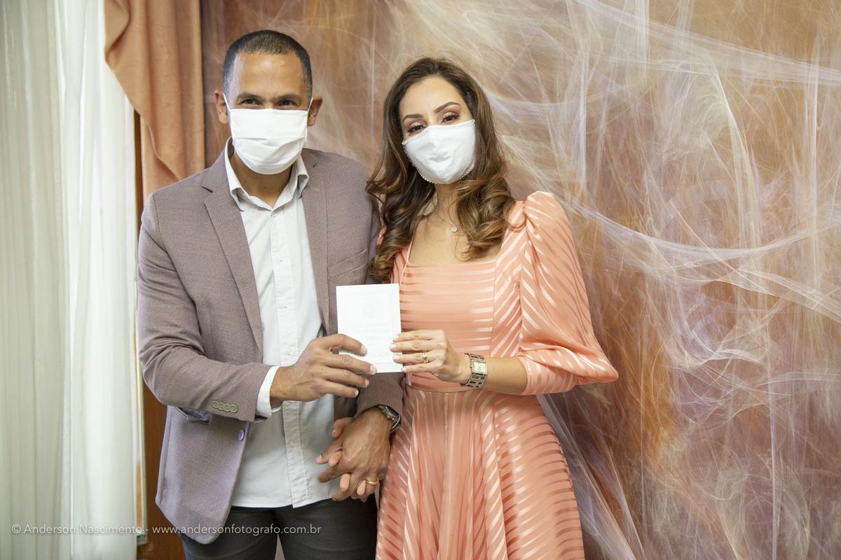 casal-de-noivos-usando-mascara-coronavirus-pandemia-covid