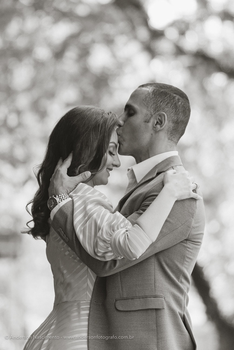 ensaio-fotografico-noivo-beijando-testa-noiva-parque-prefeito-paschoal-thomeu-guarulhos-1