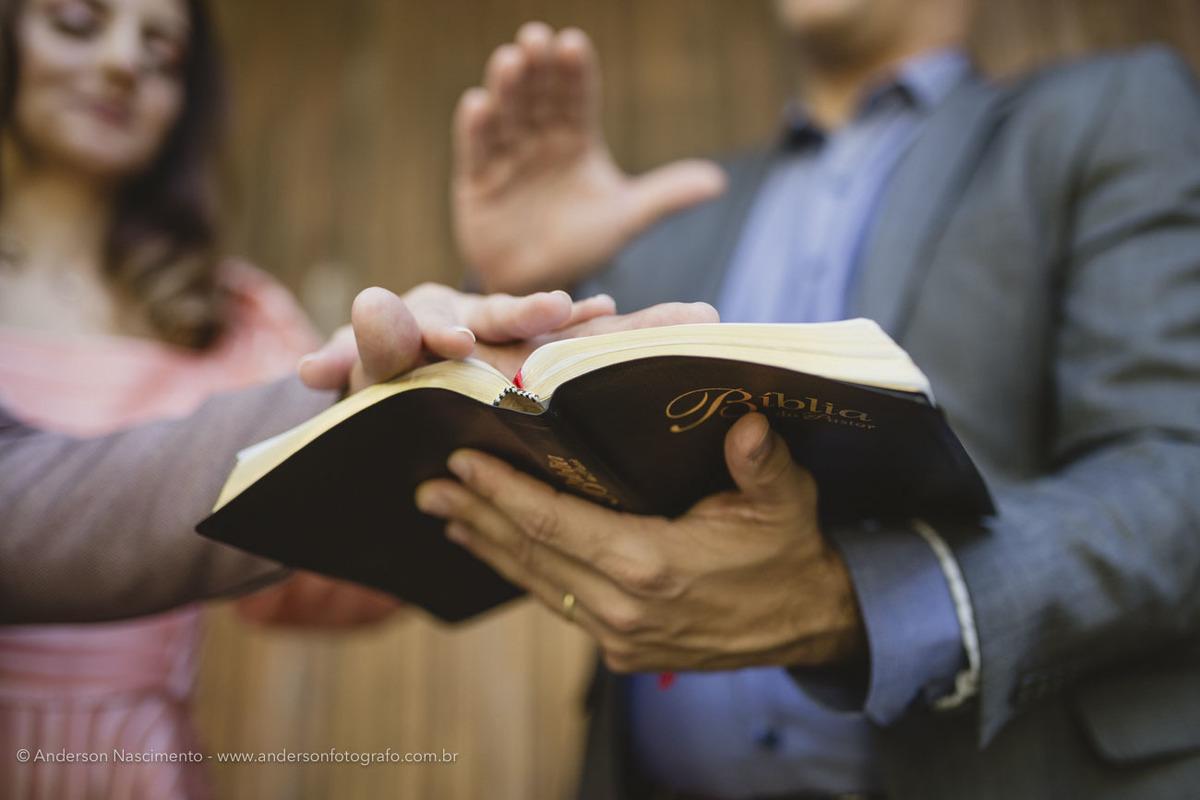 pastor-segurando-biblia-celebracao-casamento1