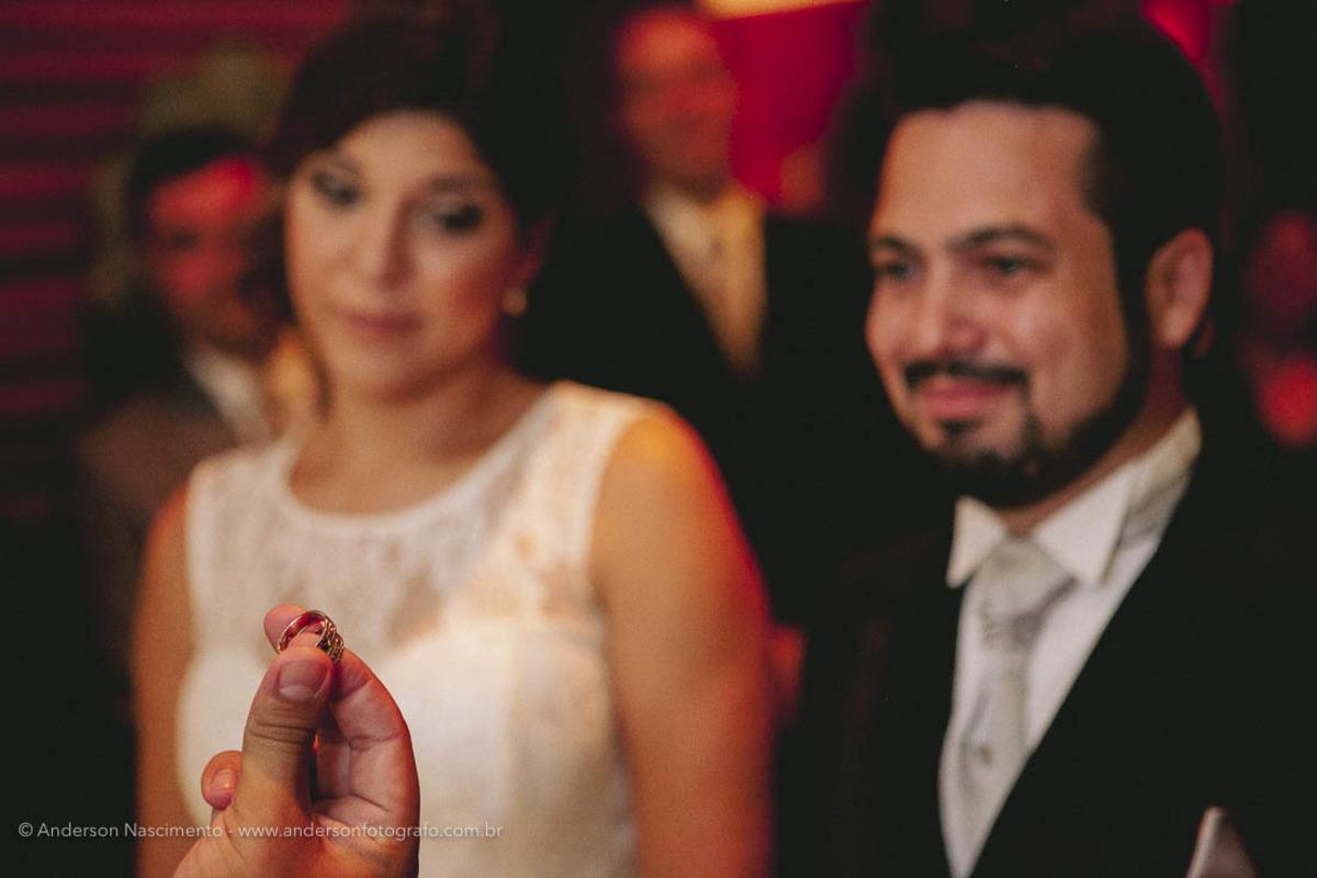 aliancas-com-noivos-ao-fundo-felix-bistrot