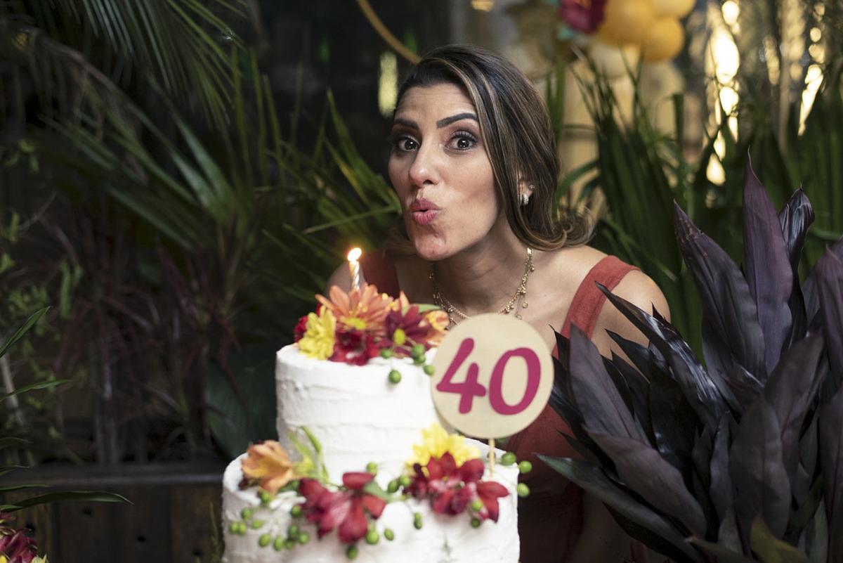 aniversariante-40anos-assoprando-velinhas-maui-poke-restaurante-alphaville