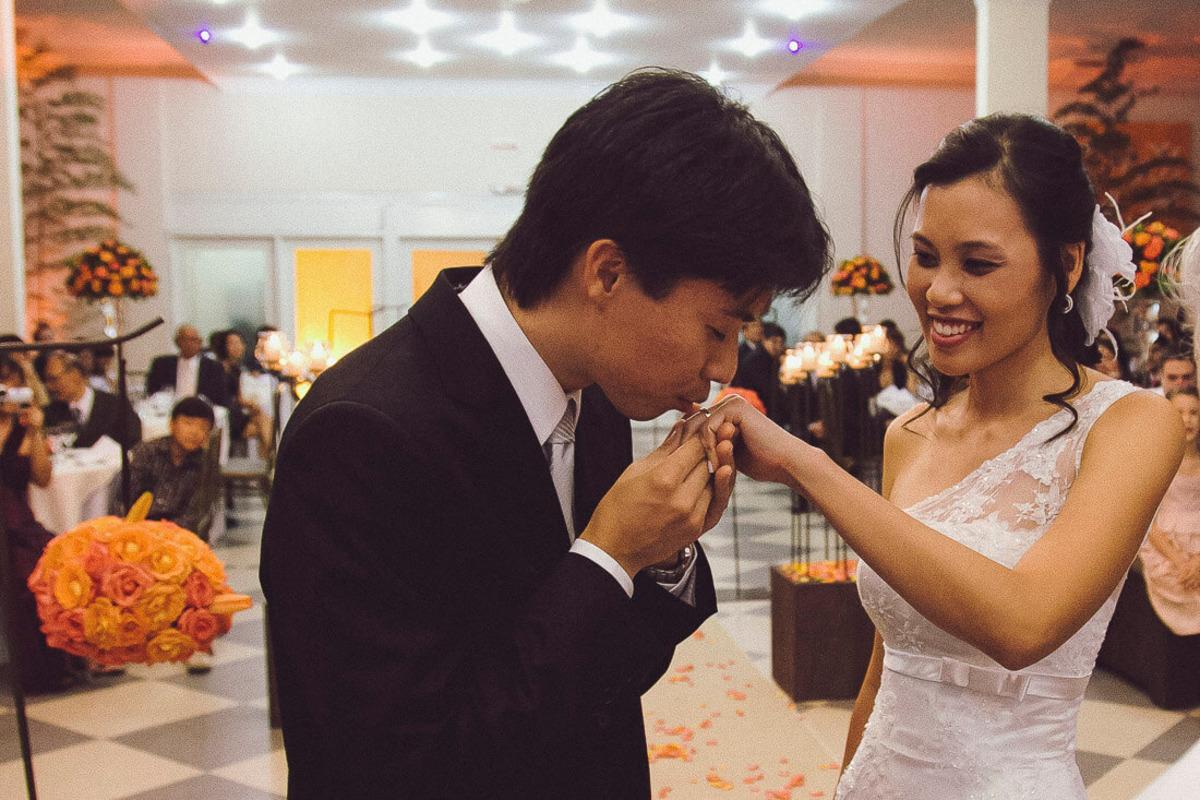 troca-alianca-noivo-beijando-buffet-yano