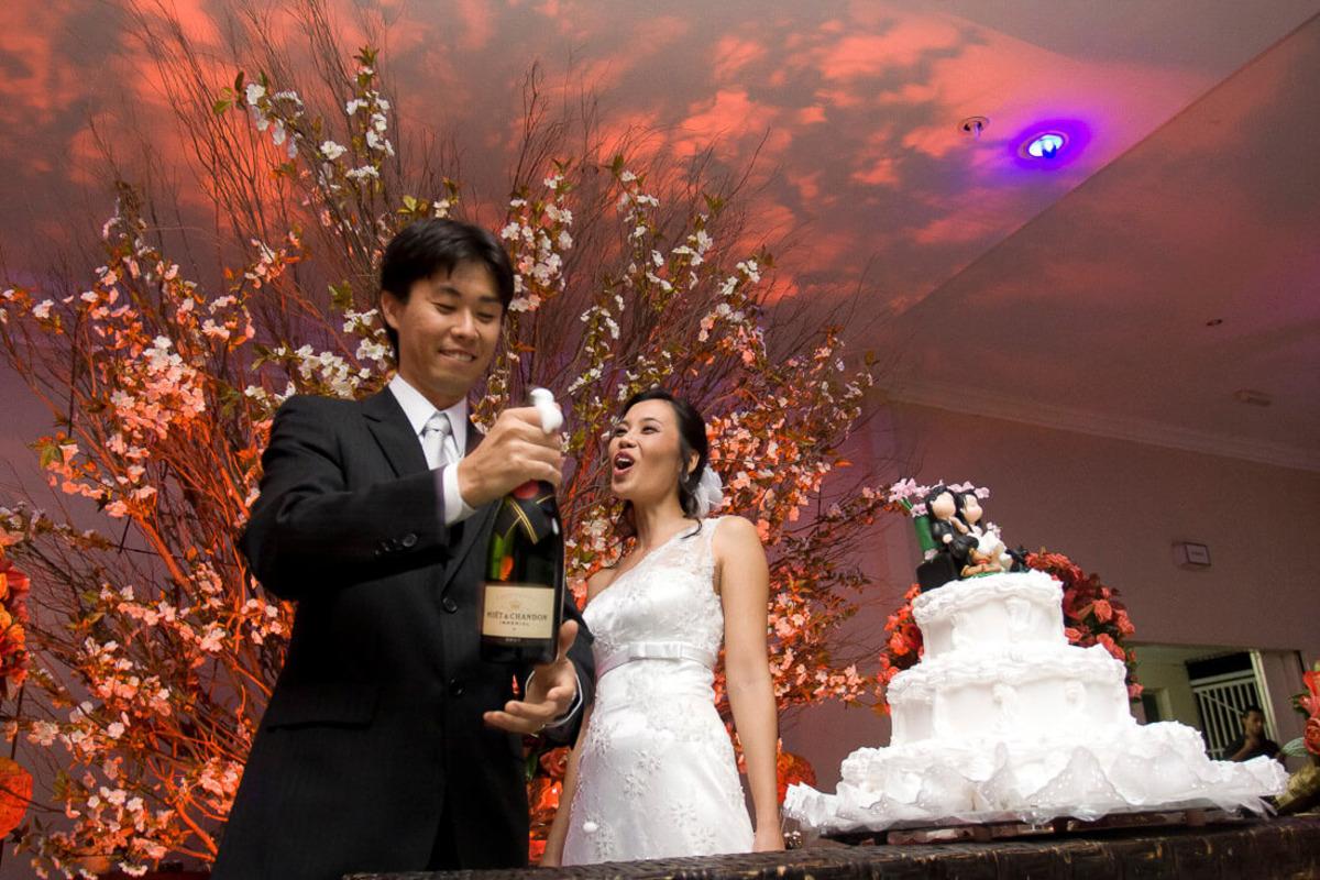 noivo-estourando-champagne-buffet-yano