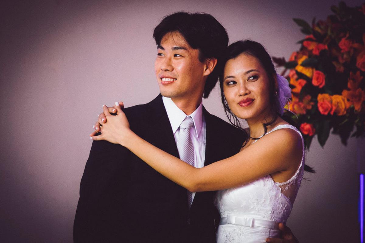 noivos-abracados-sorrindo-buffet-yano-casamento