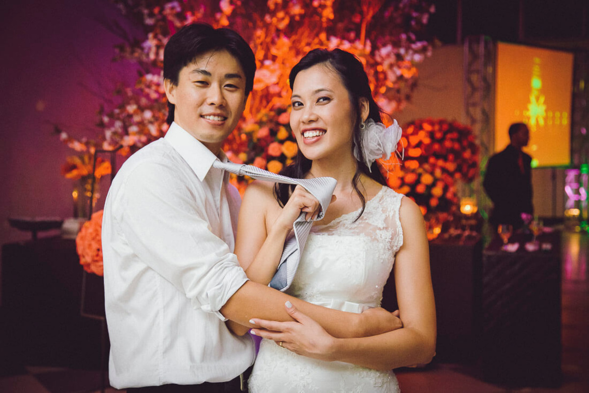 noiva-puxando-gravata-noivo-casamento-buffet-yano