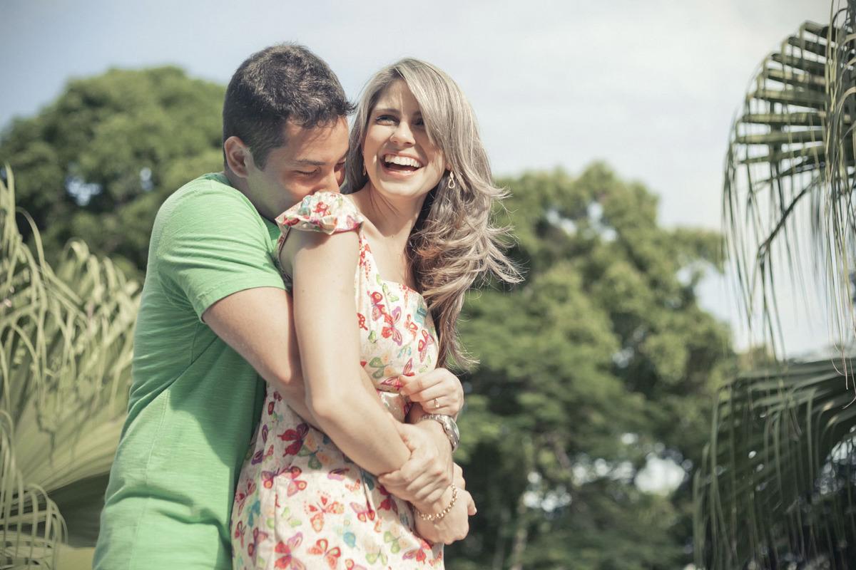 ensaio-fotografico-noivos-sorrindo-parque-lage