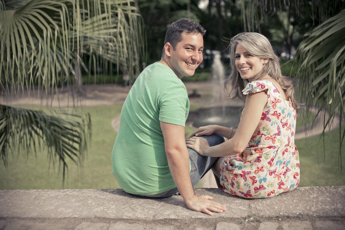 pre-wedding-casal-sentado-olhando-para-tras-parque-lage-rj
