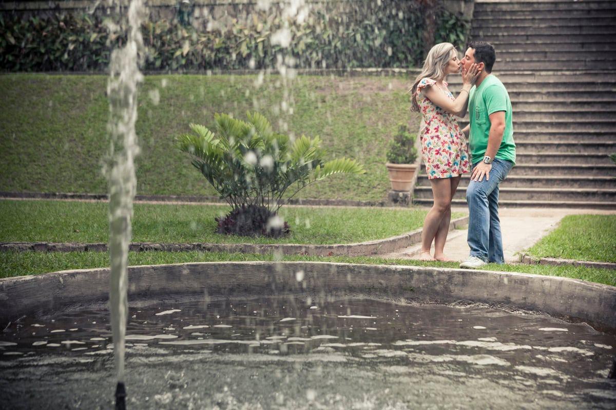 casal-se-beijando-parque-lage-chafariz-rj