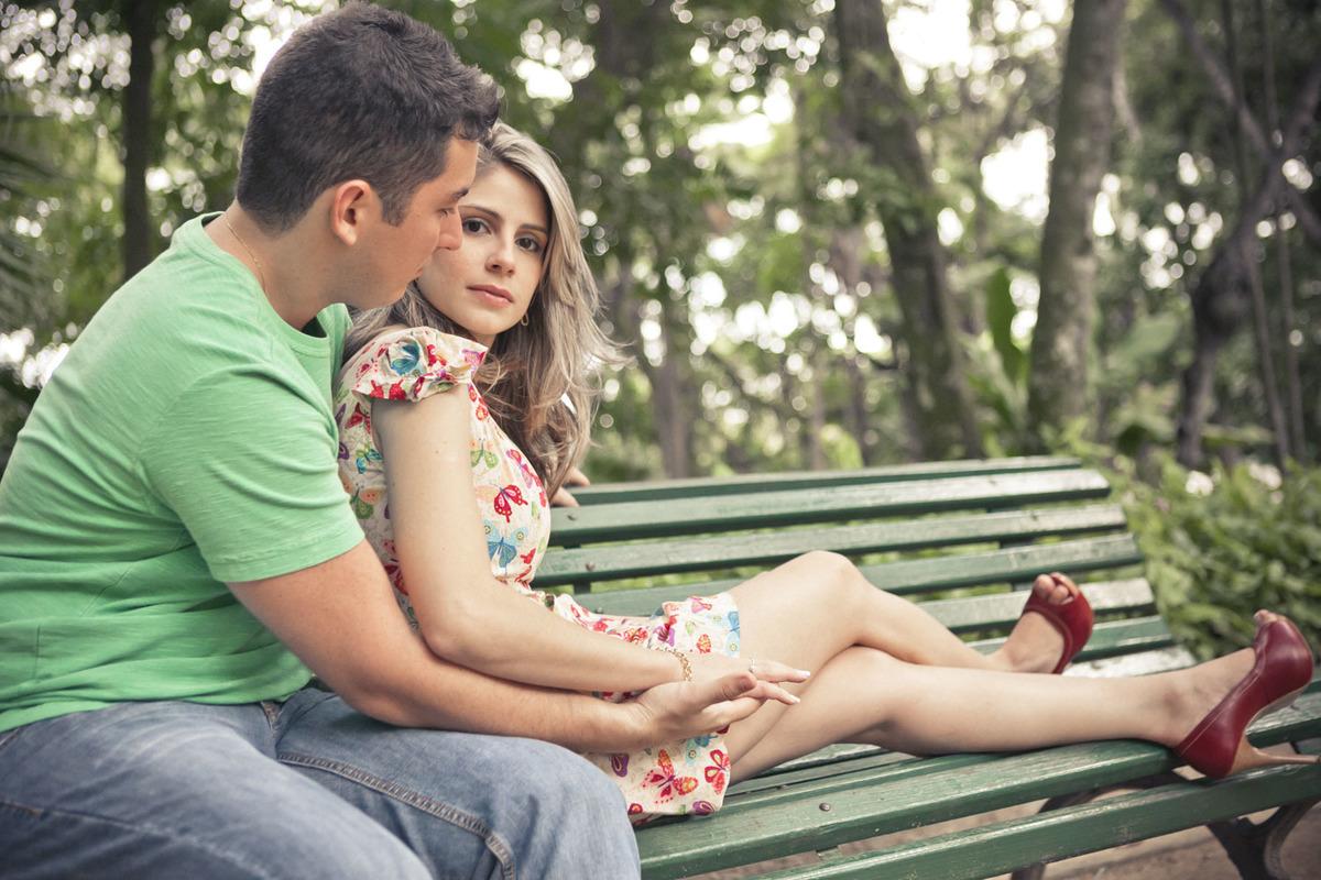 casal-sentado-banco-ensaio-noivos-parque-lage