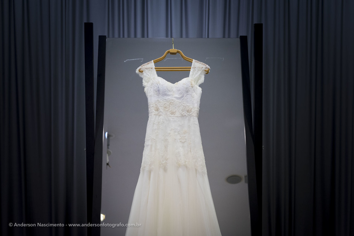 vestido-de-noiva-pendurado-durante-make
