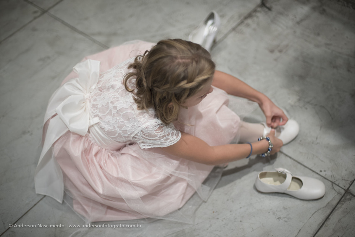 noivinha-amarrando-sapato-cerimonia-casamento