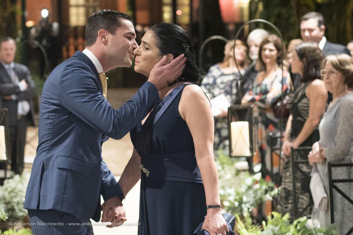 noivo-beijando-mae-cortejo-casamento