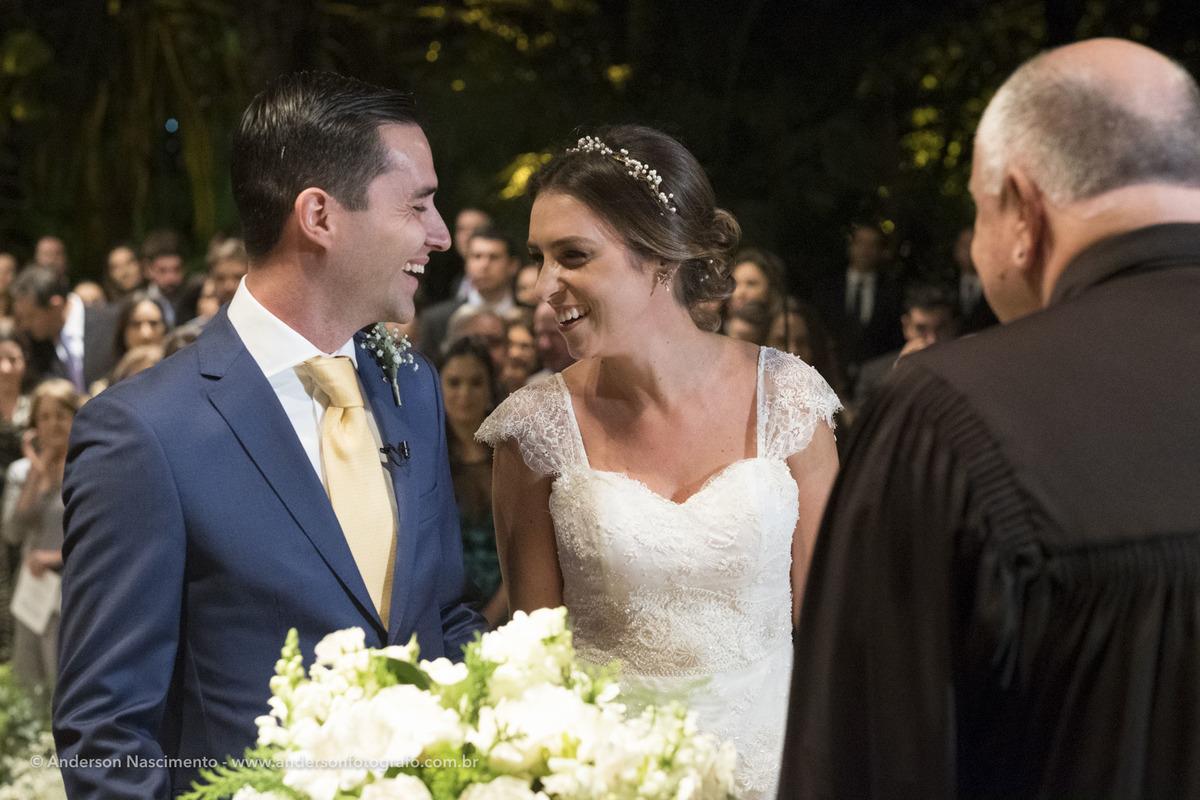 noivos-se-olhando-durante-cerimonia-casamento