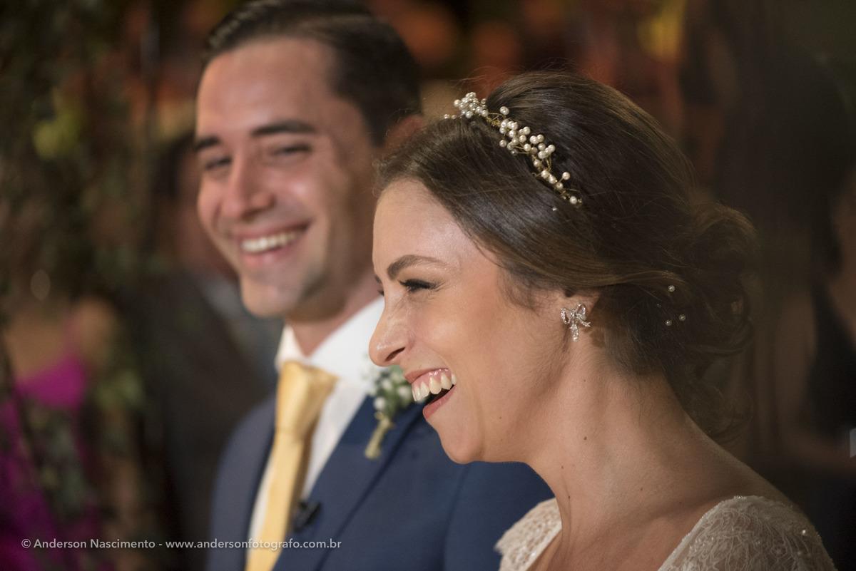 noiva-e-noivo-sorrindo-durante-celebracao-cerimonia-casamento