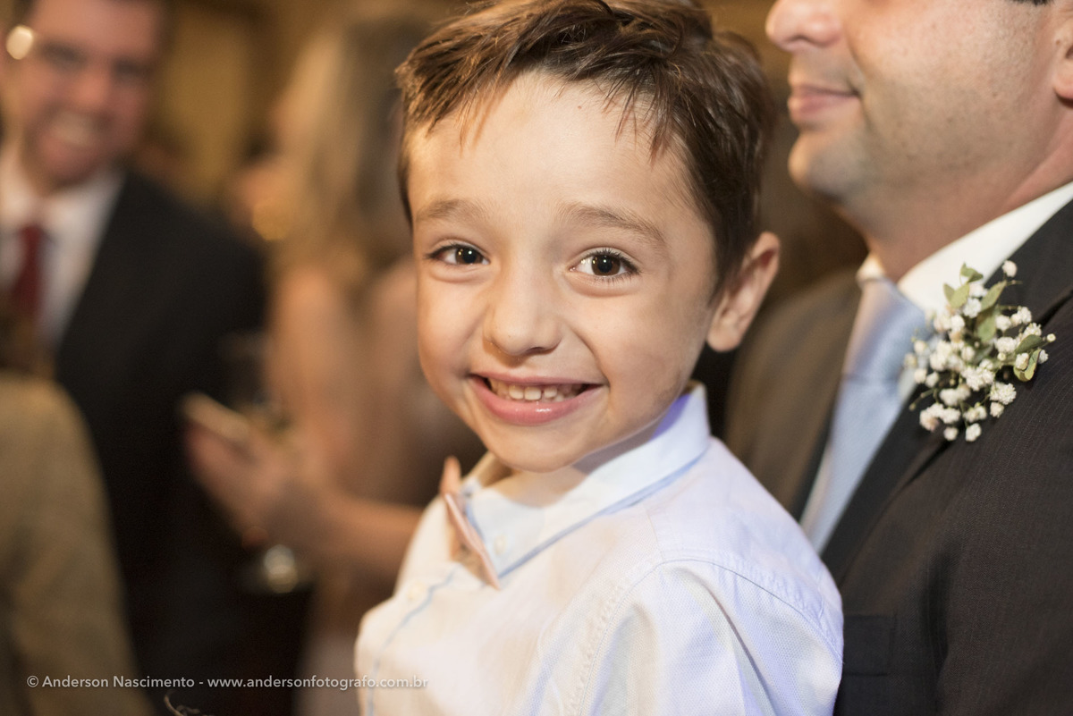 garoto-sorrindo-festa-casamento