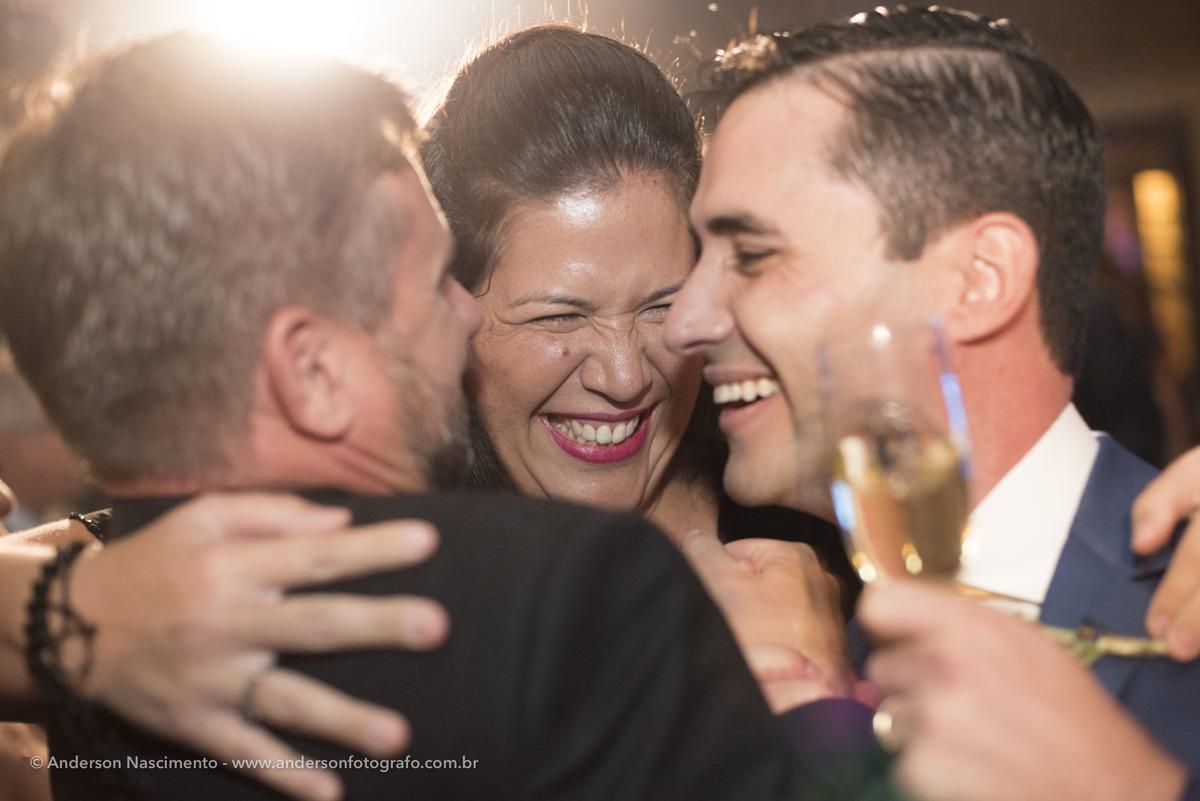 abraco-de-amigos-festa-casamento