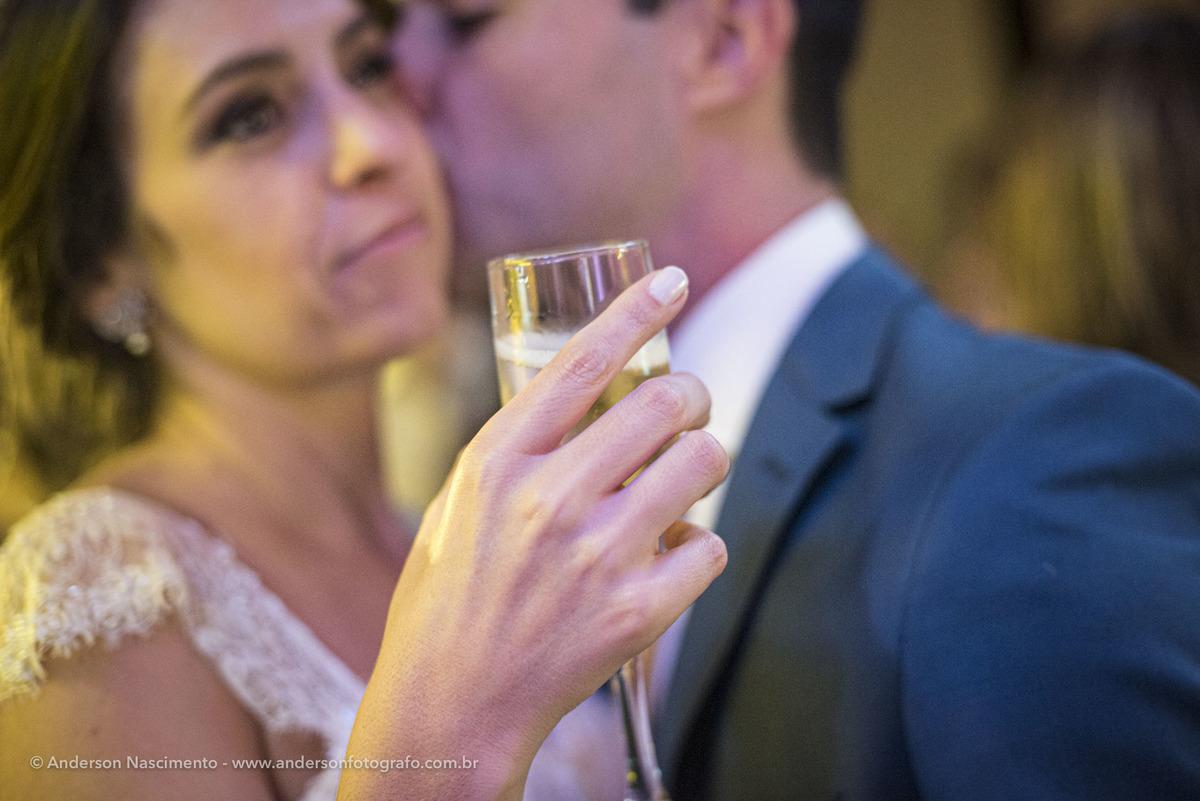 noiva-seguran-taca-casamento