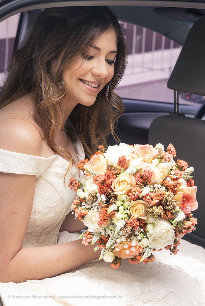noiva-dentro-carro-segurando-bouquet