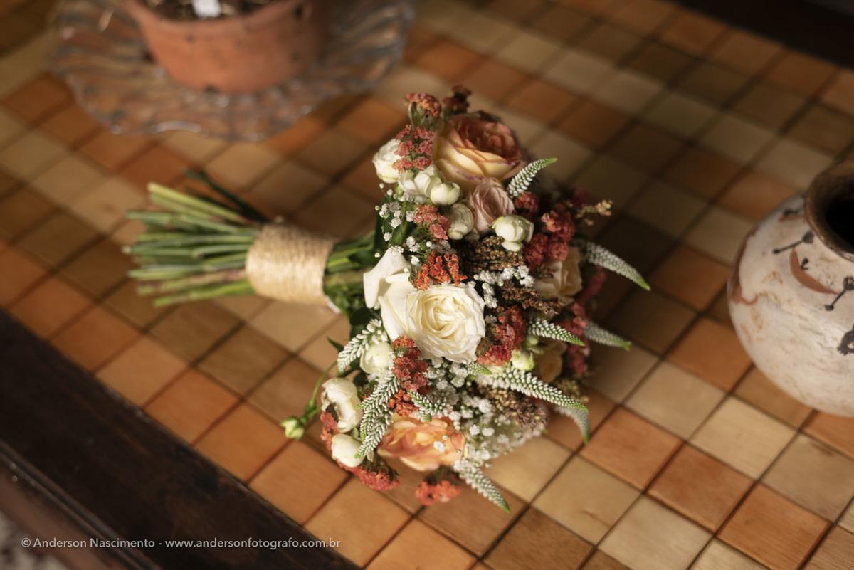 bouquet-bonito-apoiado-mesa