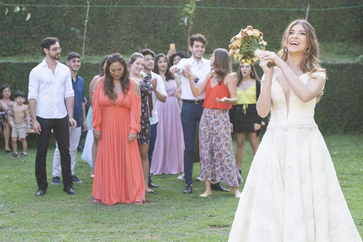 noiva-jogando-bouquet-casamento-buffet-guarapiranga