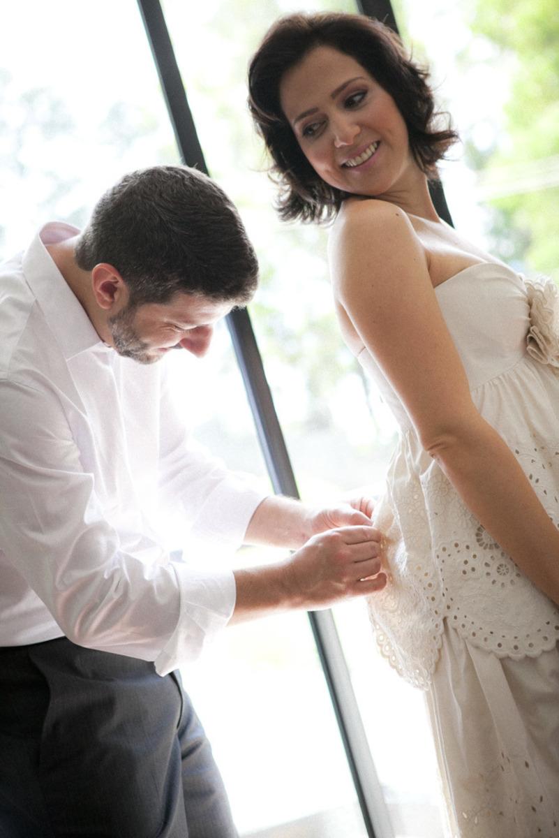 noivo-arrumando-vestido-de-noiva