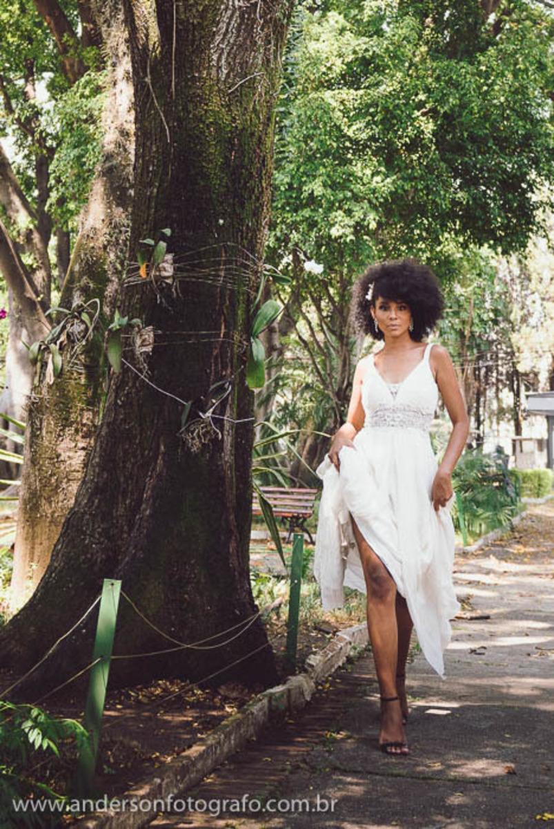 noiva-segurando-vestido-enquanto-caminha-sessao-fotos