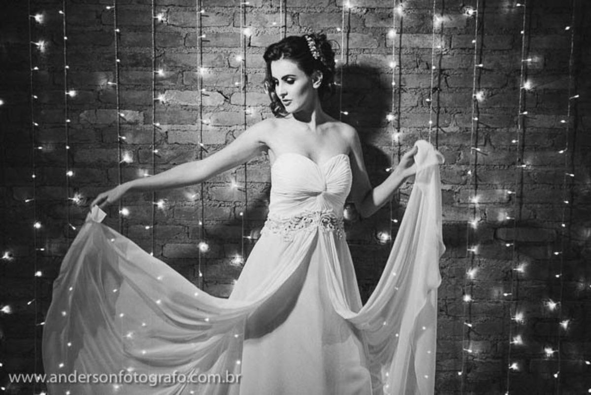 noiva-brincando-com-vestido-em poses-fotograficas-para-noivas