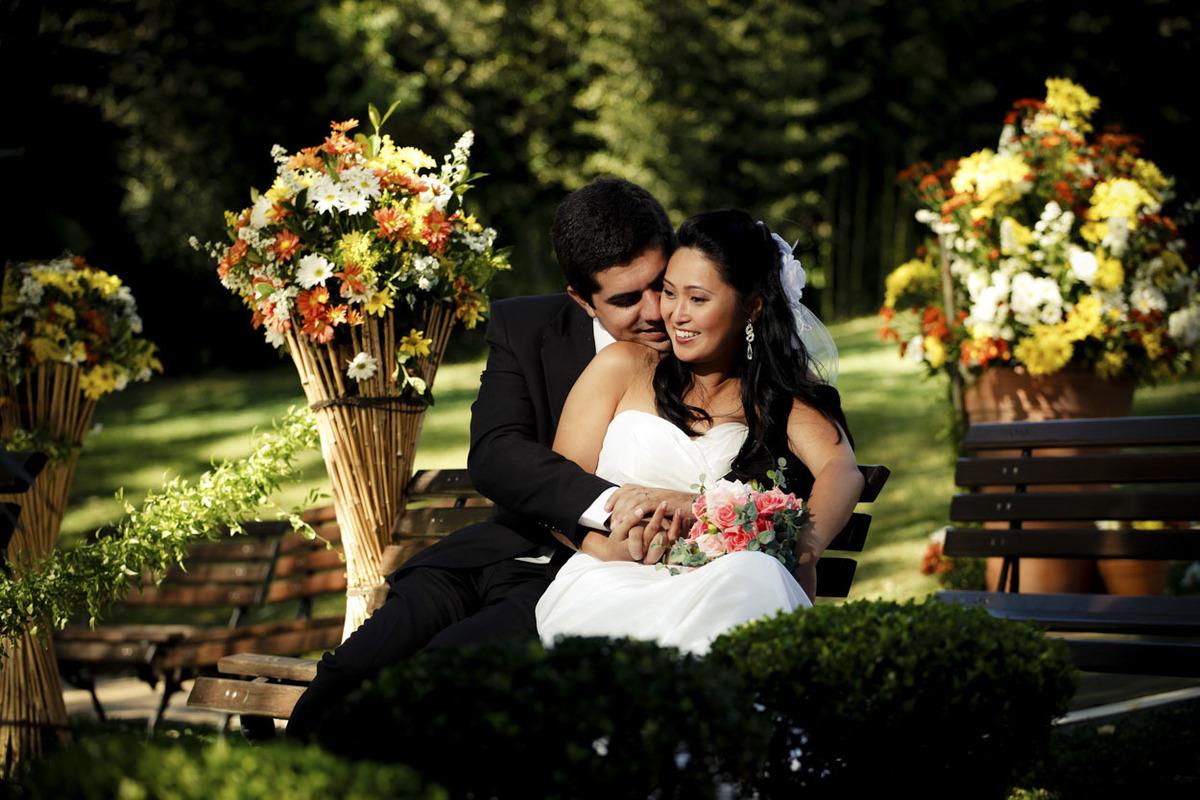 ensaio-fotografico-casal-sentado-banco-buffet-espaco-natureza